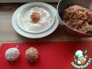 Скатываем круглые шарики, обваливаем в муке и выкладываем в разогретую с ол. маслом сковороду.