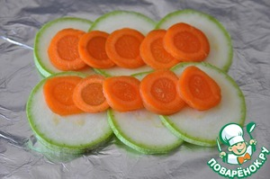The amount of ingredients is for 2 servings. Take the foil, fold in half, not broken and leaking juice. Do the portion of flow - two pieces of foil.  Brush with olive oil. Put sliced circles of zucchini and carrots.