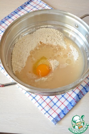 Влейте сюда растворенные дрожжи, добавьте яйцо и масло