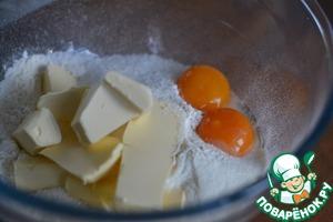 Mix the flour, salt, sugar, butter and yolks.
