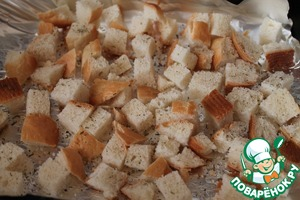 Bread cut into cubes, sprinkle with salt and herbs, put into the oven for 6-8 minutes and dried at 180-200 degrees.
