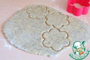 Далее тесто достать, раскатать в пласт толщиной 0,7 - 1 см. Вырубкой для печенья вырезать коржики.