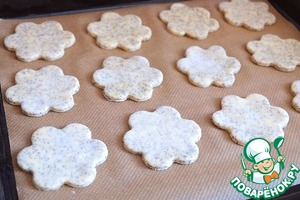 Lay out the biscuits on a baking sheet, covered with baking paper.