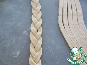 Each of the three strips and braid it. For the decoration of the cake will require 10 cables.