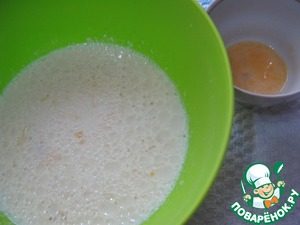 To break the egg with a fork and pour in the batter 2/3, the rest of the leave for lubrication. Stir the mixture.