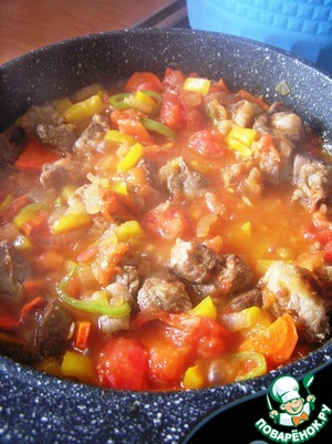 Obessmolit tomatoes, cut into small cubes and add to the meat. Simmer until the meat is tender. Salt and pepper to taste.