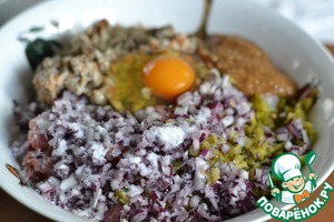 In a large bowl, mix the minced meat, chopped onions and cucumbers, lightly wrung bun, egg, salt, pepper and mustard.