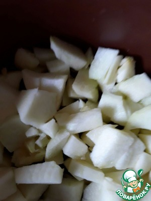 Wash, peel and cut the apples on a small plate. If the solid apples cut smaller.