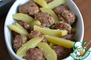 A baking dish (or bowl) grease 1st. L. sunflower  oil. Put alternately, the sliced potatoes and meatballs.