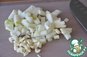 Vegetables wash, peel, cut into small cubes onion and garlic.  In a saucepan (a frying pan) pour oil, heated, put onion and garlic. Fry (simmer) until transparent for a few minutes.
