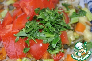 Sprinkle with vinegar, add diced tomatoes and herbs. Here, too, optional Basil or parsley.  Stir.
