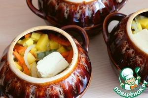 На дно горшочка налить примерно 1/3 стакана воды, добавить в каждый из горшочков (а их всего 3) нарезанное мясо индейки, далее выложить слой шампиньонов, сверху выложить овощи (картофель, морковь и лук).    В каждый из горшочков добавить кусочек лаврового листа.    Сверху на овощи выложить кусок сливочного масла 30-35 гр. Горшочки накрыть крышкой и отправить в разогретый до 190-200*С духовой шкаф. Запекать жаркое до готовности. Готовность проверить на вилку.