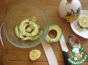 Avocado clean and free from bones, cut into thin strips. Squeeze of lemon juice and pour slices of avocado.