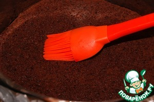 Mix the juice with the liqueur. Place the cake in the form and impregnated with syrup.