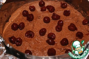 Apply 1/4 of the cream and to sprinkle on top 1/4 part cherry.