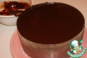 """Glaze:heat cream to 90""""and put them chopped pieces of chocolate, let stand 2 minutes and stir until homogeneous and smooth mass. Cool slightly and pour in the middle of the upper Korzh cake. Slightly tilting the cake to give the frosting is evenly spread. Place in the refrigerator to cool down the glaze."""