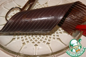 Twist the ribbon in a spiral, to fix and place in the refrigerator. It is best to release the chocolate from the tape directly over the cake.