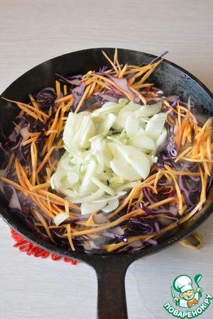 Теперь сюда же добавьте лук, готовьте 15 секунд. Старайтесь каждый следующий овощ кидать в середину сковороды - тут самый сильный нагрев
