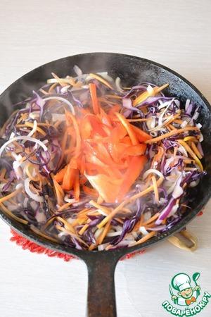 После лука - добавьте болгарский перец, готовьте 15 секунд