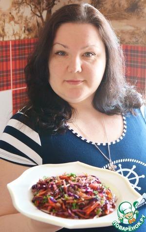 Я делала снимки еще тёплого салата. После того, как салат постоит - капуста может окрасить овощи, и цвет немного изменится. Но на вкусе это никак не отразится.       Кстати, салат прекрасно хранится в холодильнике (в банке или контейнере) 3-4 дня не меняя своего вкуса.