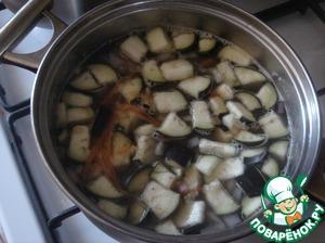 Варим с овощами ещё минут 15 и выкладываем лечо, когда овощи уже сварятся до готовности. Конечно можно положить свежие помидоры и болгарский перец, но с лечо-домашней заготовкой намного вкусней и вкус другой! Кладём куркуму и зиру. Зиру лучше разбить в ступке, чтобы она лучше раскрыла свой аромат. Варим минут 5 и выкладываем мелко порезанный чеснок, перцы душистый и горошком чёрный, лавровый лист и оливковое масло. Варим ещё минут 3-5 и снимаем с огня.