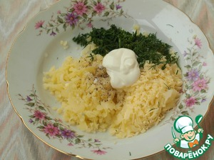 The pulp mash, add grated cheese, pepper and chopped dill. Stuffing pepper and add sour cream. Add salt to taste if needed, as the salty Suluguni cheese.