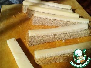 Порезать хлеб и сыр на похожие палочки