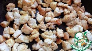 Курицу нужно нарезать мелкими кубиками и обжарить в масле 4-5 минут.