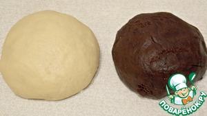 Мягкое масло взбить с яйцом и растительным маслом. Соединить с мучной смесью и замесить мягкое тесто. Разделить на две части. В одну из них добавить какао и молоко. Вымесить шоколадное тесто.