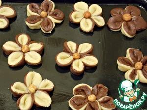 От того с какой стороны Вы расположите то или иное тесто будет зависеть цвет цветка. Теперь переносим на смазанный противень и собираем маргаритку из пяти лепестков прижимая в серединке. В середину вдавливаем орех.