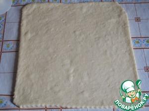 Раскатать тесто толщиной, примерно, 0,5 см в виде прямоугольника.