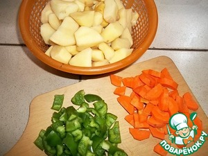 I must say that the amount of ingredients is for 9 people, not suffering from lack of appetite. Therefore, it is possible to reduce all ingredients by half. The lentils soak in water for a few hours.   To prepare the vegetables. Cut the potatoes into large pieces, carrots and green peppers are also not granulate. Onion cut into quarters rings.