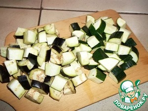 Zucchini and eggplant cut into large cubes. Tomatoes can grate a piece of ginger (with tomatoes you can pre-remove the skin, I do not, as when rubbing herself separated). Slice the green part of the leeks. I took the frozen piece.