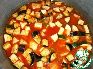 Pour water to just covered all the vegetables, cover with a lid. Before boiling, keep on high flame, then heat a little to reduce to medium. Approximately in the middle of cooking, add the chopped garlic, leeks, herbs to taste, salt 1 incomplete teaspoon of mixed spices, coriander.