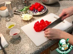 Нарезать помидоры на кубики и отправить в большую миску
