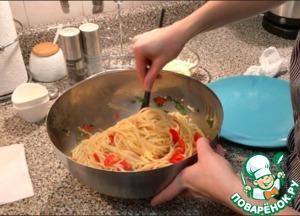 Добавить уже готовую пасту в миску с томатным соусом. Все перемешать.