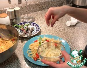 При сервировке посыпать тертым сыром и украсить листиком базилика.