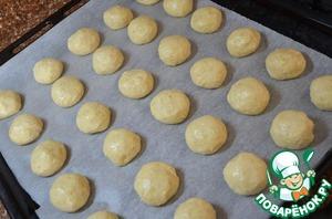 Чайной ложкой брать тесто и катать шарики, с грецкий орех.   За счет добавления оливкового масла с тестом легко работать.    Выкладывать заготовки на пергамент или силиконовый коврик,    на расстоянии друг от друга, т. к. готовое печенье заметно увеличится в размере.