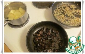 While the dough rises, prepare the filling: cook the potatoes, fry the onions and mushrooms.
