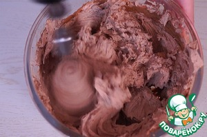 5. Пока коржи остывают, приготовим крем: сметану взбиваем с сахаром и какао-порошком