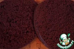 6. Коржи выравниваем (обрезки пойдут на украшение торта), разрезаем горизонтально на две части