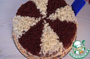 8. Верх и бока также промазываем кремом. Верх торта украшаем измельченными обрезками, бока измельченными орехами. Готово! Приятного аппетита!