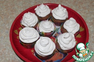 Using a pastry bag with a round nozzle and decorate muffins with cream.