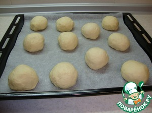 Flatten the dough into round rolls weighing approximately 95 grams. and lay them on a baking sheet. I got 11 pieces.