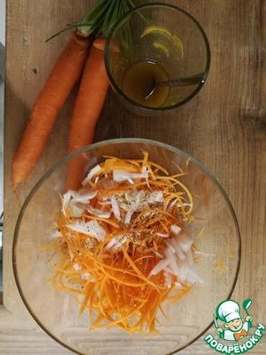 Морковь, лук и яблоко нарезаем мелкой соломкой, добавляем кунжут.
