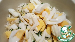 Grate the cheese on a standard coarse grater, finely chop the parsley leaves or Your favorite greens, sliced boiled eggs. Combine rice, cheese, herbs and eggs.
