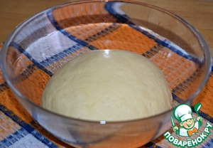 Put the dough in a bowl, greased with vegetable oil, tighten with cling film and leave in a warm place for 55-60 minutes.