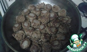 Тефтели обвалять в муке и жарить до румяной корочки на раскалённой сковороде, смазанной растительным маслом.