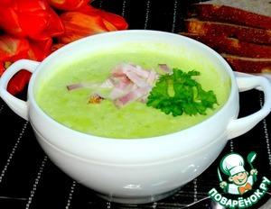 Суп разлила в миски. В каждую добавила измельчённый чеснок. В середину положила бекон и листочек петрушки. При желании можно положить сметану или йогурт без добавок.
