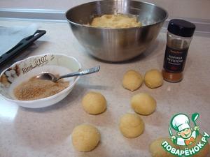 Из теста сформировать шарики размером около 3-х см. Соединить сахар с корицей, размешать хорошо и обвалять шарики в этой смеси.